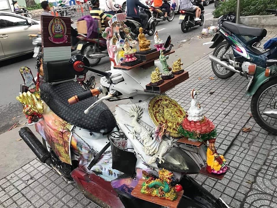 Chiếc xe trang trí toàn bằng tượng Phật để giữ an toàn