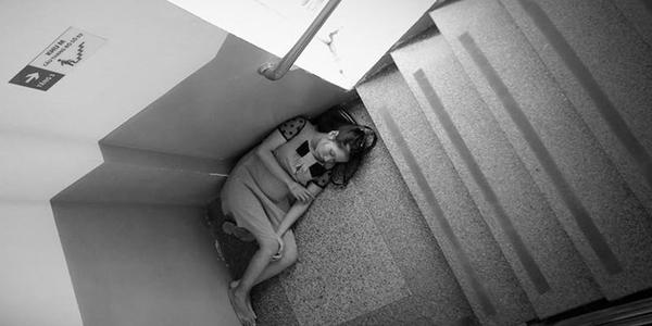 Mẹ bầu nằm ở góc cầu thang bệnh viện Từ Dũ, TP HCM