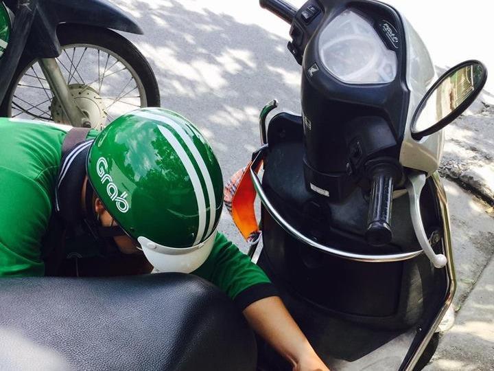 Chàng trai lái Grab dừng xe hút xăng giữa đường cho người lạ