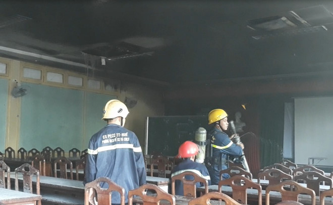 Giảng đường Đại học Y Dược Huế bốc cháy giữa trưa