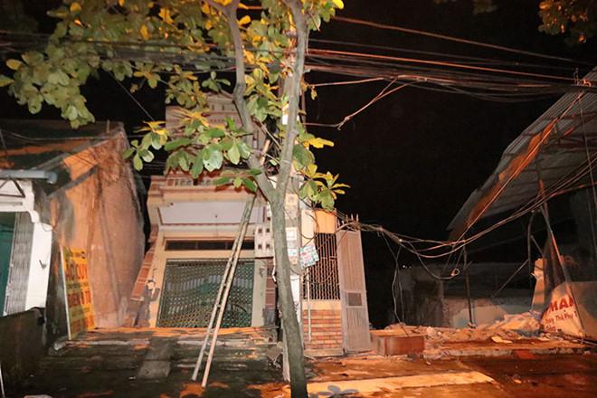 6 nhà sập xuống sông Đà, di dời dân trong đêm