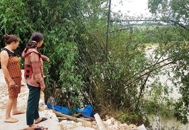 Dân ven sông tháo chạy vì sạt lở đất trong đêm