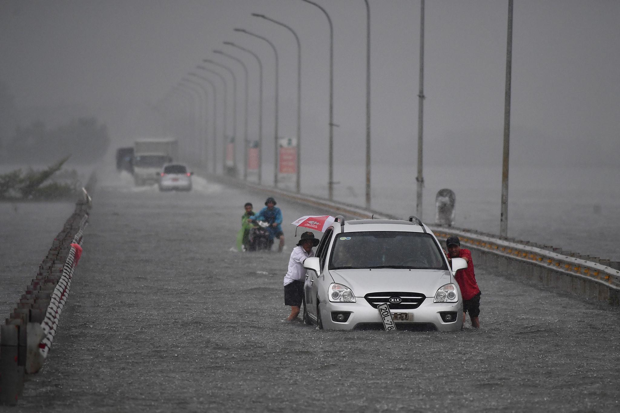 Nước ngập chưa rút, Hà Nội tiếp tục hứng mưa lớn