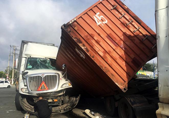 Container trượt khỏi xe, đè bẹp cabin ô tô đầu kéo