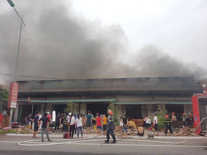 Khách hát nháo nhào bỏ chạy khi 5 quán karaoke bốc cháy