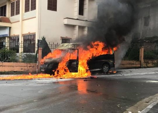 Xe hút bể phốt dập lửa khi ô tô khách bốc cháy ở Sa Pa