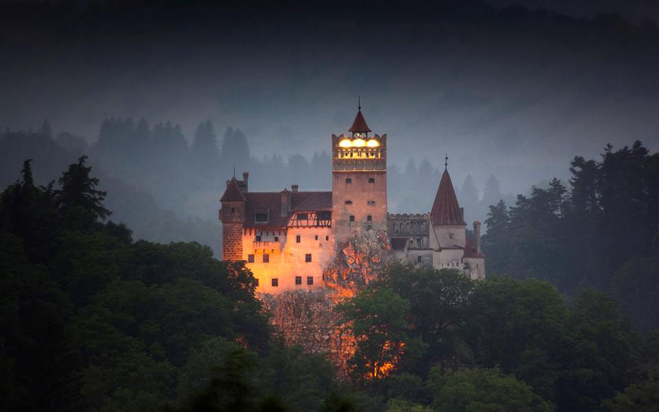 Bên trong lâu đài có thật của Bá tước Dracula