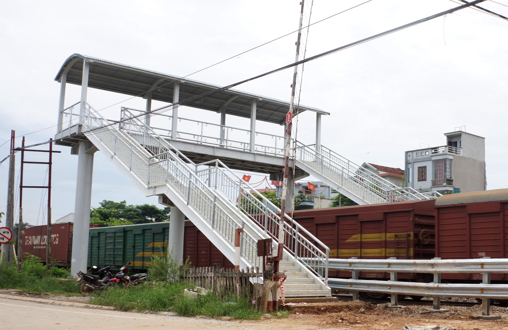 Cầu bộ hành vượt đường sắt tiền tỷ bị dân phản đối