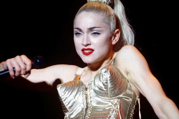 Madonna và câu chuyện mặc áo ngực lên sân khấu