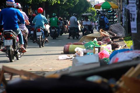 Người Sài Gòn than rác ngập đường nhưng vẫn xả rác