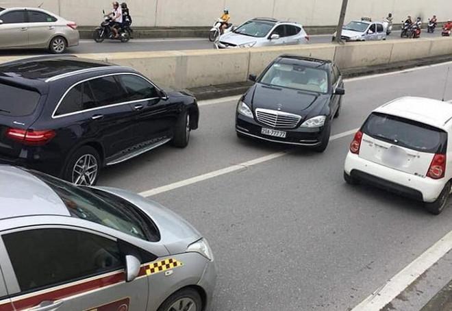 Xe Mercedes biển ngũ quý 7 chạy ngược chiều trong hầm Kim Liên