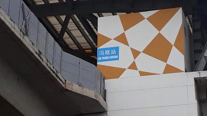 Biển tên chữ Trung Quốc gắn ở nhà ga đường sắt Cát Linh - Hà Đông