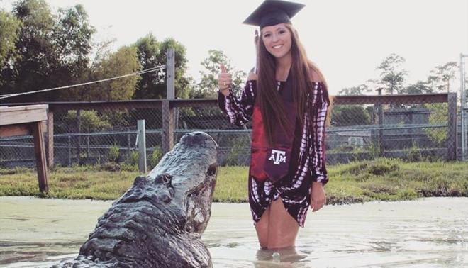 Chụp ảnh tốt nghiệp với cá sấu, nữ sinh Mỹ gây bão mạng