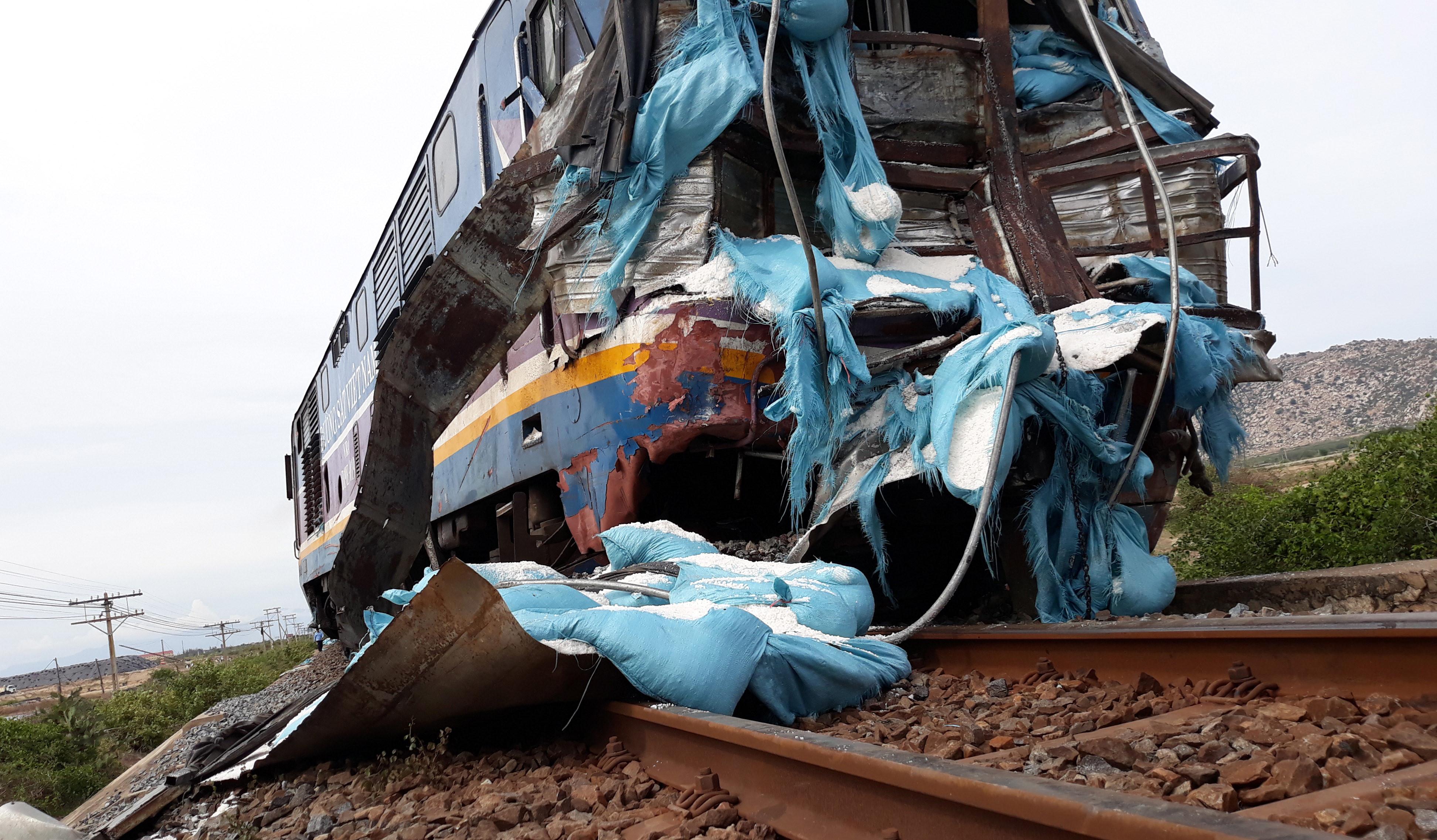 Đầu tàu SE5 trật khỏi đường ray sau khi tông xe tải