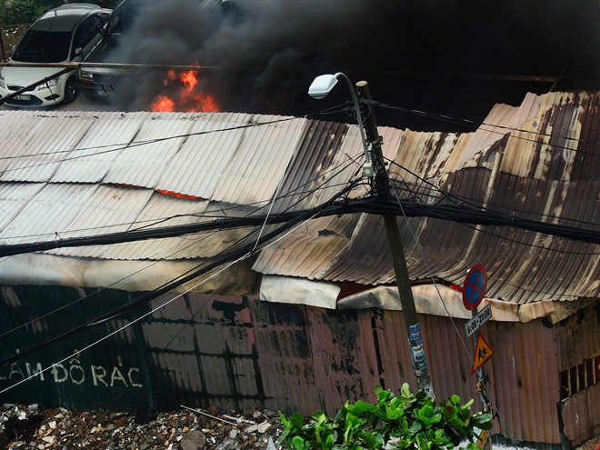 Cháy bãi xe gần sân bay Tân Sơn Nhất, nhiều ô tô bị thiêu rụi
