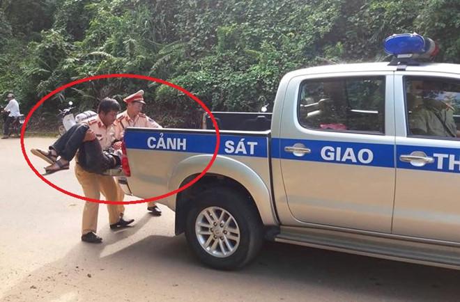 CSGT dùng xe chuyên dụng đưa người bị nạn đi cấp cứu