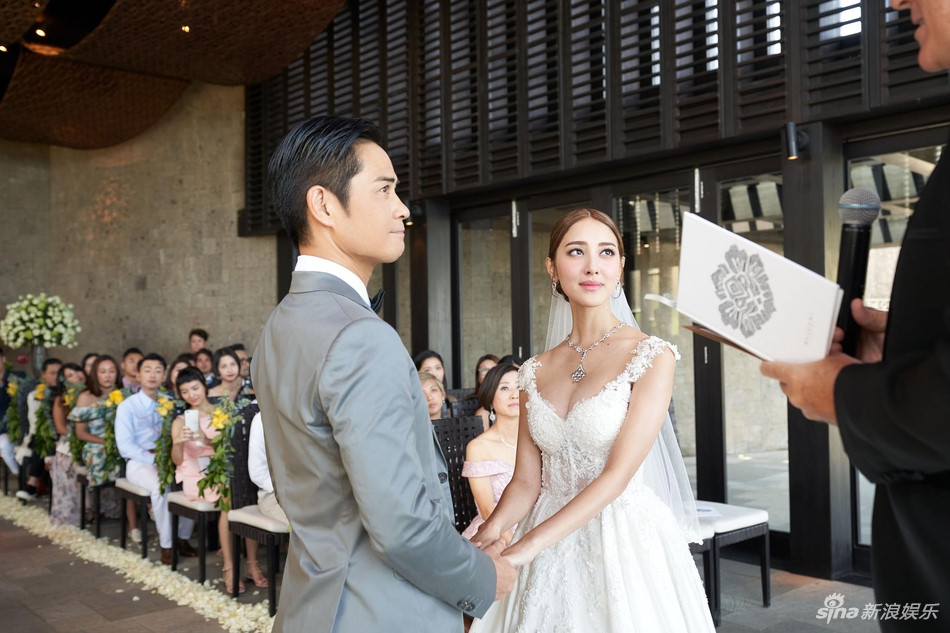 Hoa hậu 9X Hong Kong khóc trong lễ cưới với tài tử tuổi U50