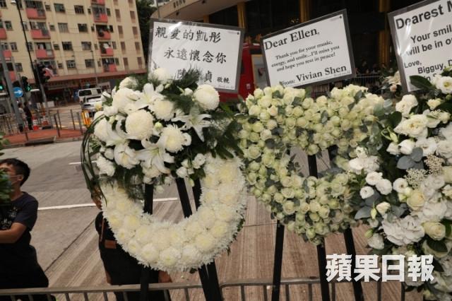 Lễ tang nữ ca sĩ nhảy từ tầng 20 tự tử: Cha mẹ, dàn sao khóc tiễn đưa