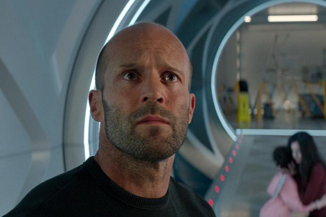Phim cá mập của Jason Statham bị lược gần hết cảnh máu me, bạo lực