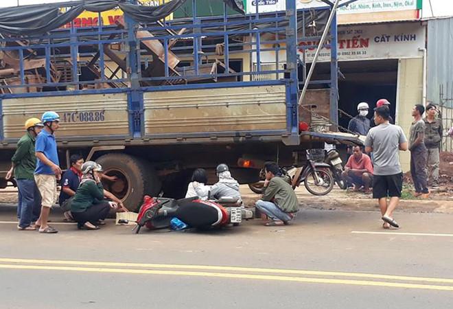 Người đàn ông tông vào đuôi ô tô tải tử vong