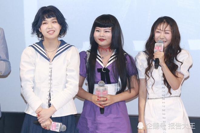 """""""Nhóm nhạc xấu nhất Trung Quốc"""" họp fan dù bị ném đá"""