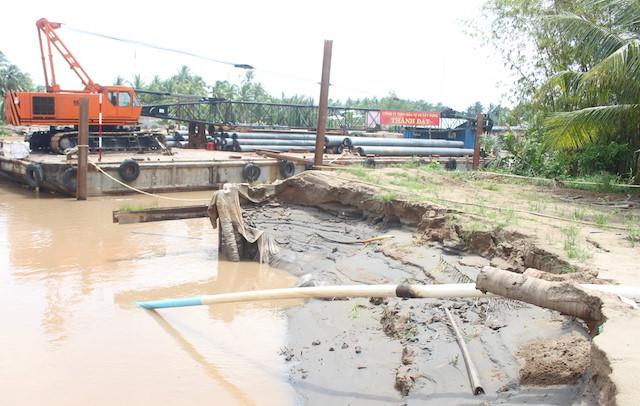 Sạt lở bờ sông, nhà dân và lán trại công trình sụp xuống nước