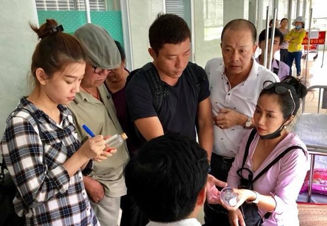 Nhiều nghệ sĩ tới bệnh viện thăm Mai Phương