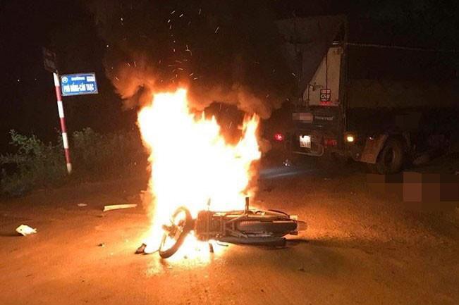 Xe máy cháy rụi sau va chạm với ô tô tải, 1 người tử vong