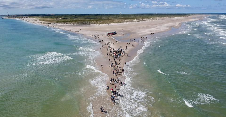 Nơi cho du khách đứng giữa hai vùng biển khác nhau