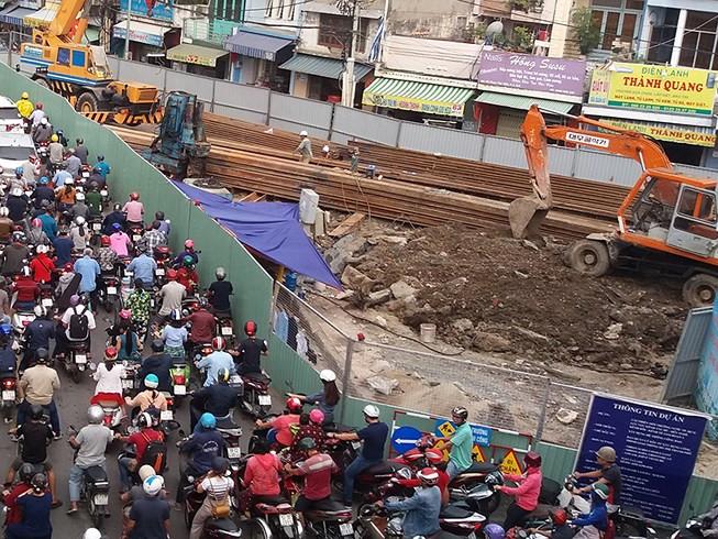 Người dân Sài Gòn khóc ròng vì lô cốt