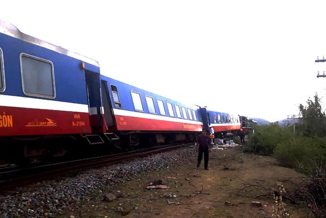 Tàu SE7 trật bánh, đường sắt Bắc - Nam tê liệt