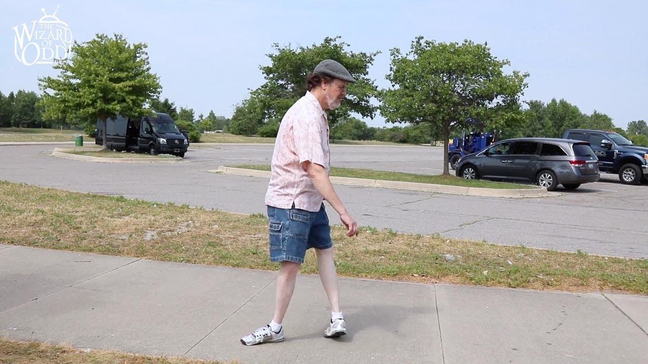Người đàn ông đi lại bình thường với đôi chân bẻ ngoặt 180 độ
