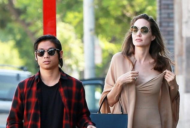 Angelina Jolie dạo phố cùng Pax Thiên sau vụ kiện với Brad Pitt