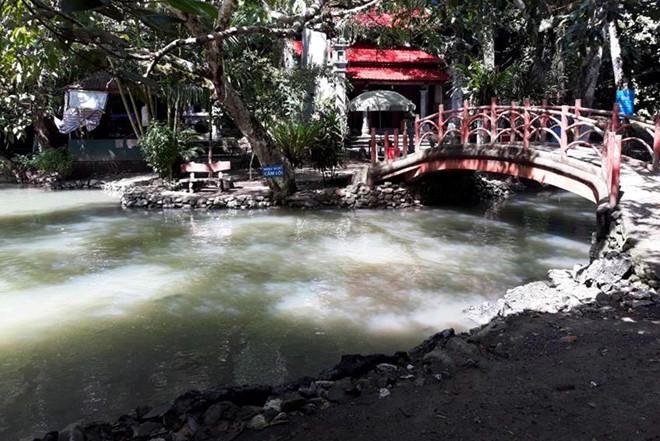 Lũ lụt khiến suối cá thần đục ngầu