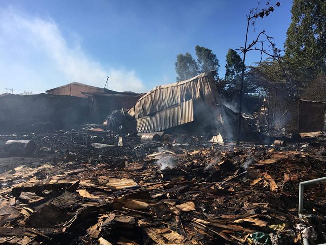 Kho chứa gỗ rộng 1.500 m2 cháy suốt đêm