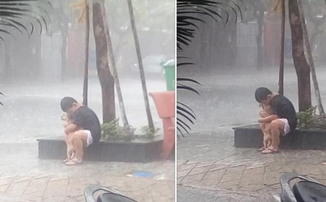 Cậu bé ôm lấy chú chó nhỏ giữa cơn mưa khiến người xem rung động