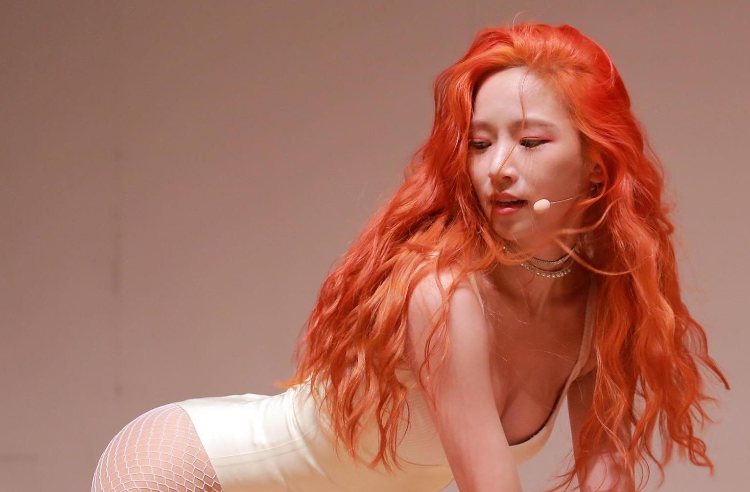 Nữ ca sĩ Kpop vừa ra mắt đã bị tẩy chay vì khoe thân phản cảm