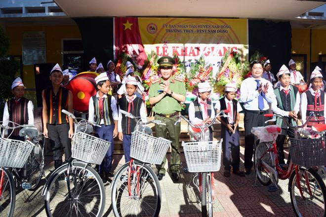 Công an Thừa Thiên - Huế tặng 57 xe đạp cho học sinh vùng cao