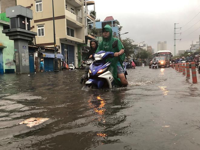 Nhiều tuyến đường Sài Gòn ngập sâu do mưa lớn