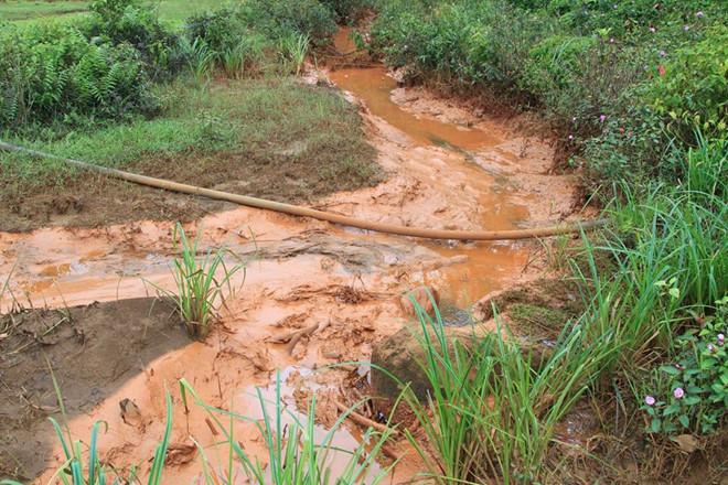 Nước rửa quặng của Nhà máy Alumin Nhân Cơ tràn ra suối