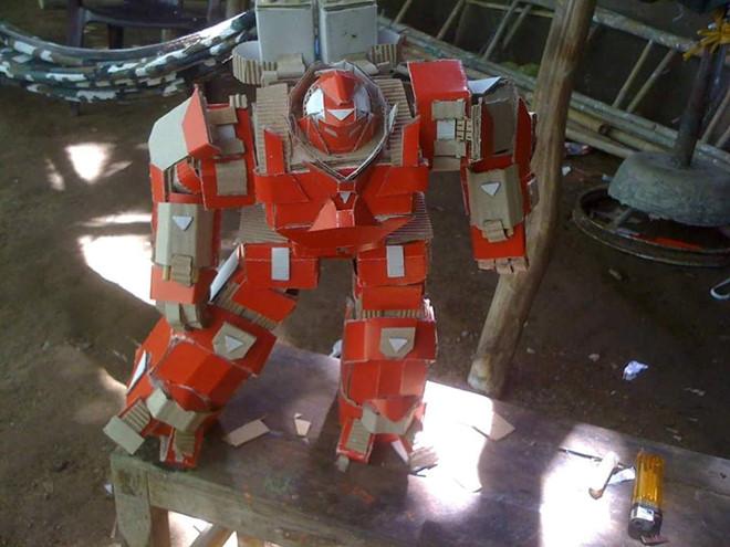9X Kiên Giang gây bất ngờ khi lắp ráp mô hình robot từ bìa carton