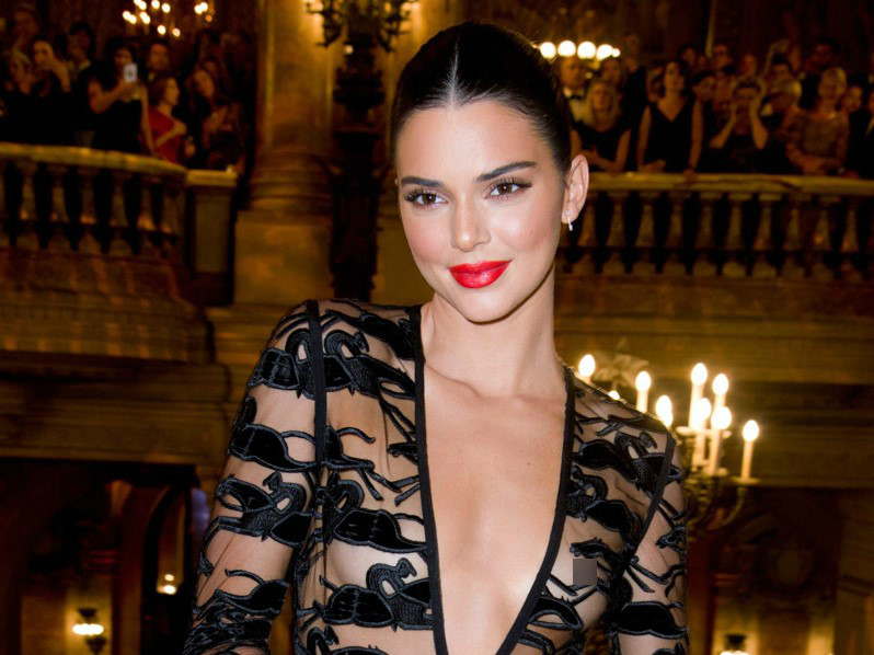 Gu ăn mặc ngày càng khiêu khích của Kendall Jenner