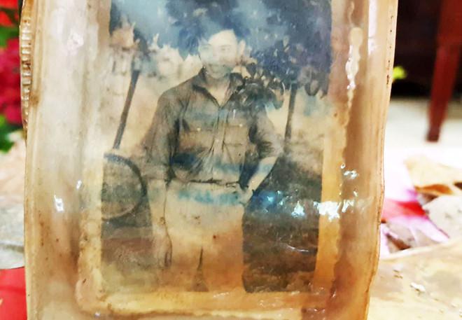Tấm ảnh chân dung cùng nhiều di vật của 13 liệt sĩ ở hố chôn tập thể
