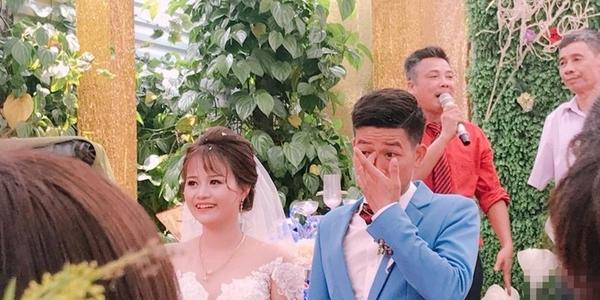 Cô dâu cười tươi thì chú rể lại khóc nức nở