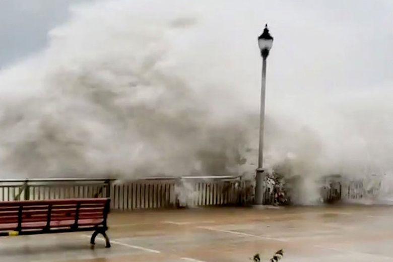 Siêu bão Mangkhut ập vào Hong Kong, Quảng Đông, gió giật 250 km/h