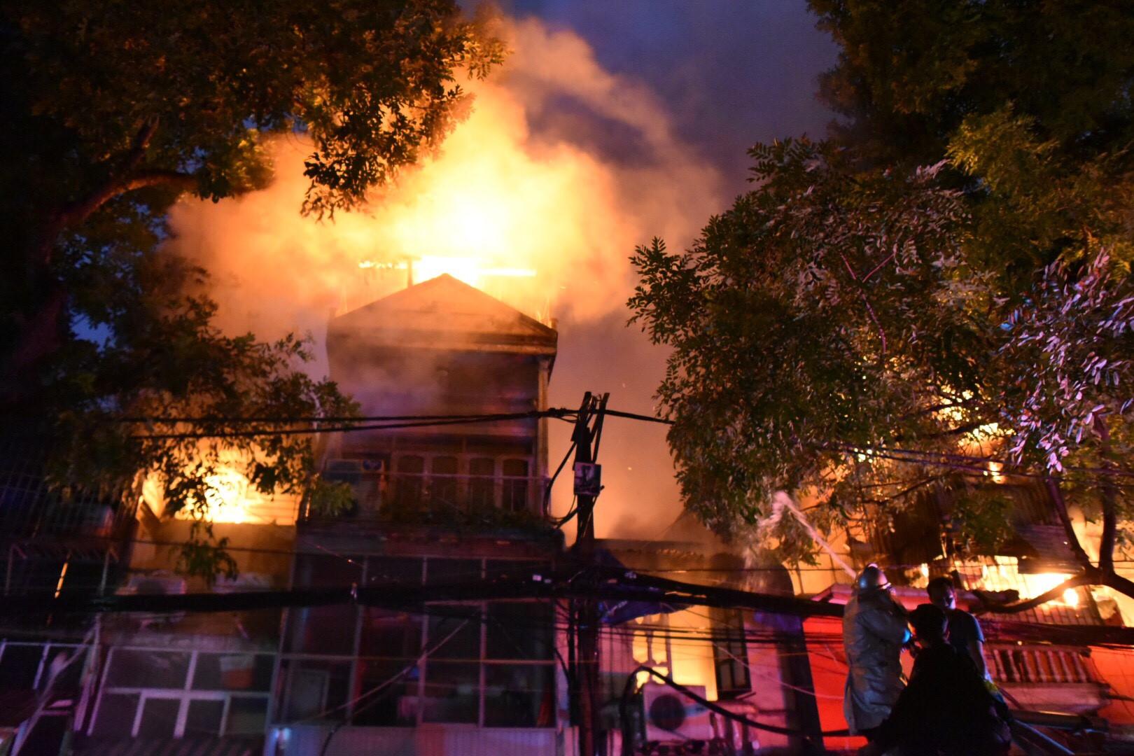 Hàng trăm người dập đám cháy lớn ở Hà Nội