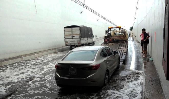 Máy bơm hỏng, hầm chui ở Sài Gòn ngập nước