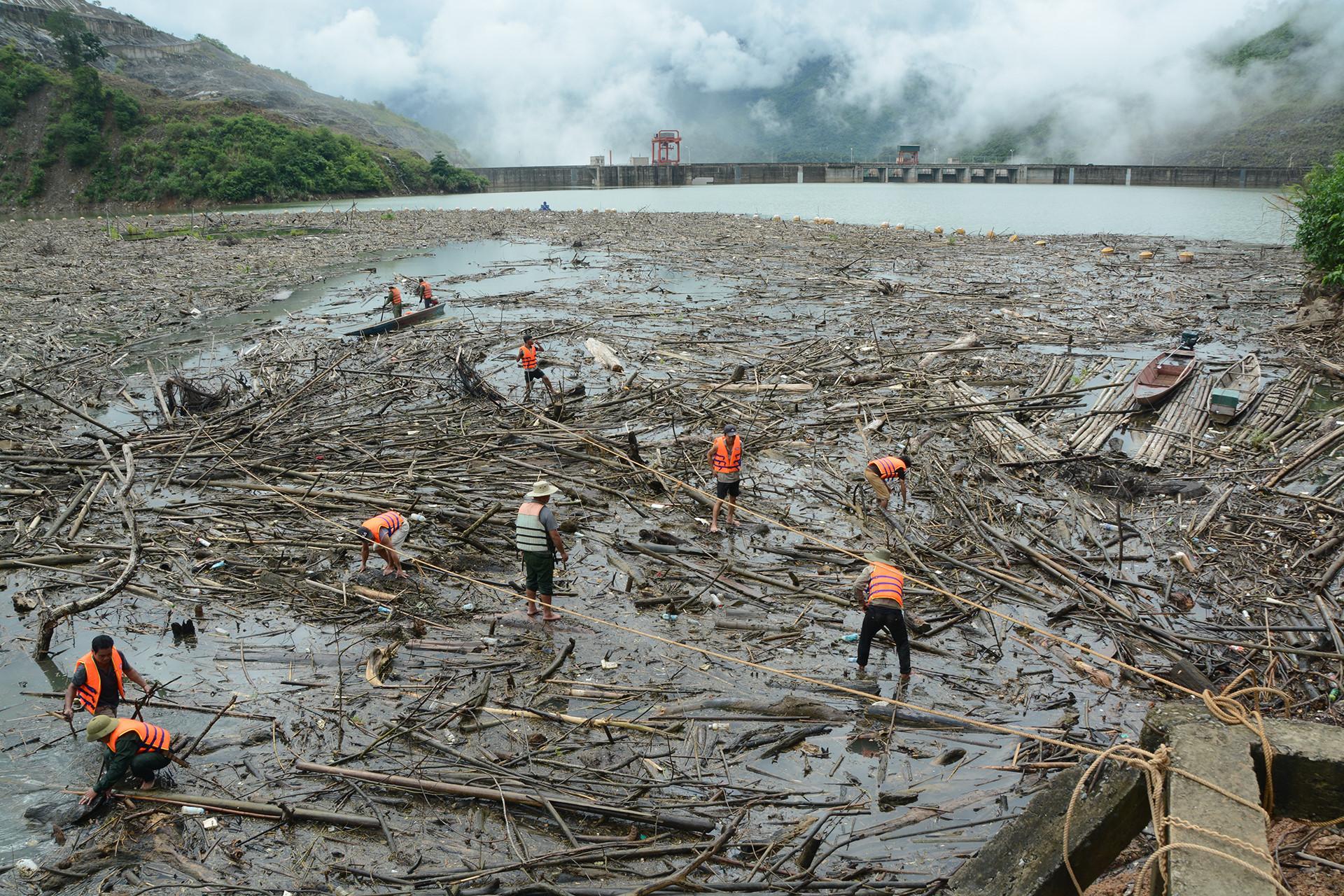 Lũ lịch sử 50 năm đưa hàng nghìn tấn gỗ về hồ thủy điện Bản Vẽ