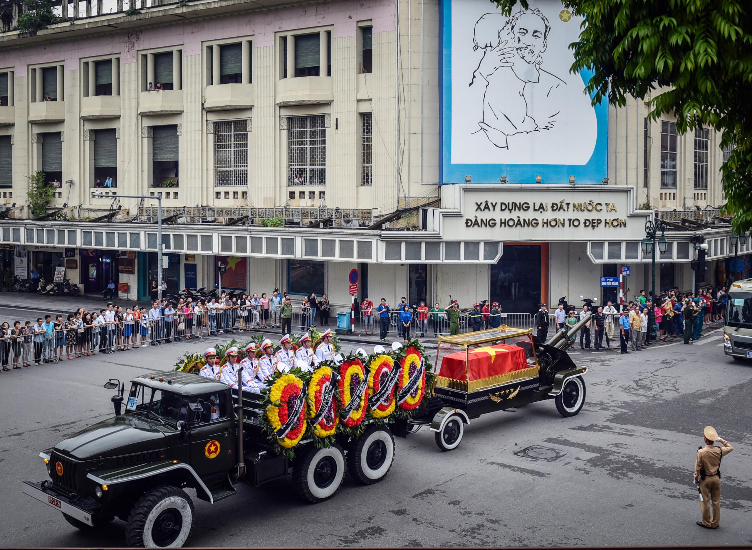 Xe tang đưa linh cữu Chủ tịch nước Trần Đại Quang về quê
