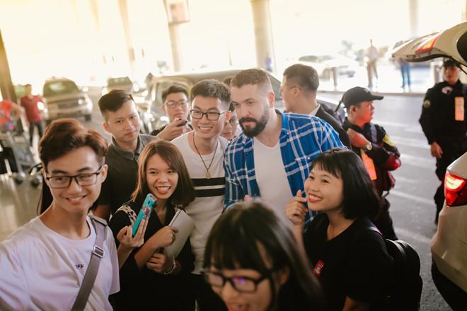 """Shayne Ward: """"Tôi cảm động khi fan Việt đến sân bay đón từ sáng sớm"""""""